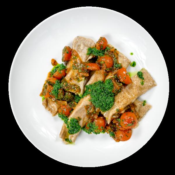 Canneloni mit Avocadofüllung an Kirschtomatenragout und Pesto