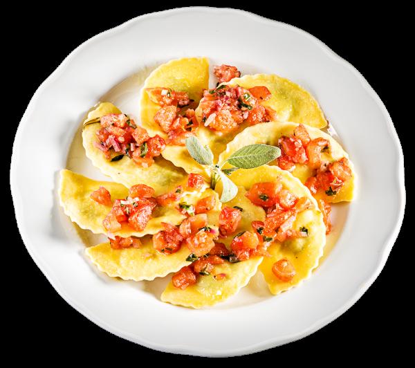 Gefüllte Ravioli mit Ziegenfrischkäse mit Tomaten-Ragout und Salbeibutter