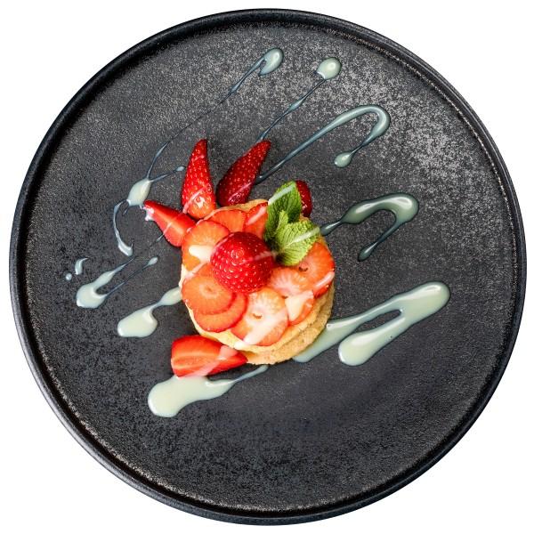 Pancake an Erdbeersalat und weißer Schokoladensoße