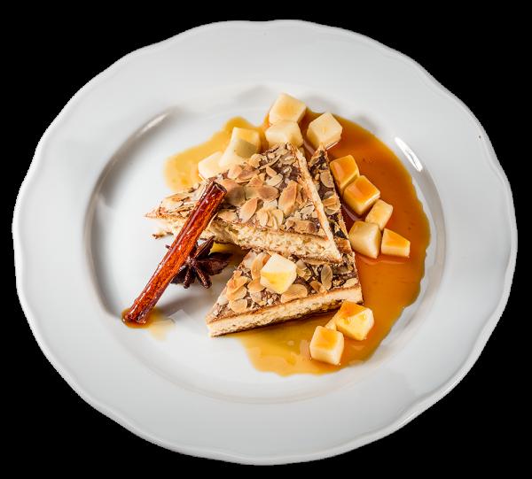 Hausgemachter Marzipan-Mandelkuchen mit Birnenragout