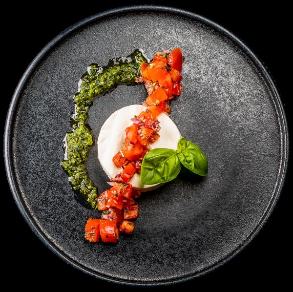 Büffelmozzarellamousse mit Tomatensalat und Kräuterpesto