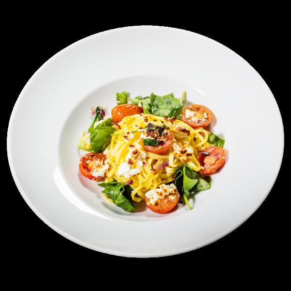 Schafskäse mit Spinat und Tomaten an Bandnudeln
