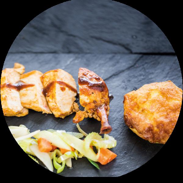 Coq au Vin von der Maispoularde auf knackigem Gemüse und Kartoffelgratin